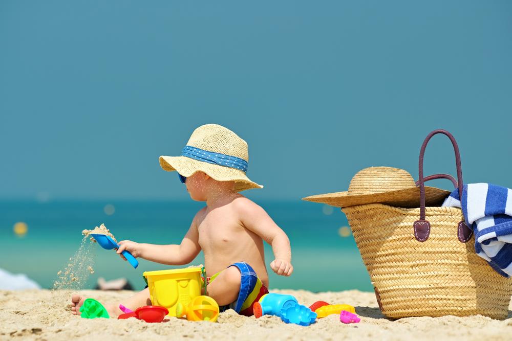 Gyermek a napon tengerparton