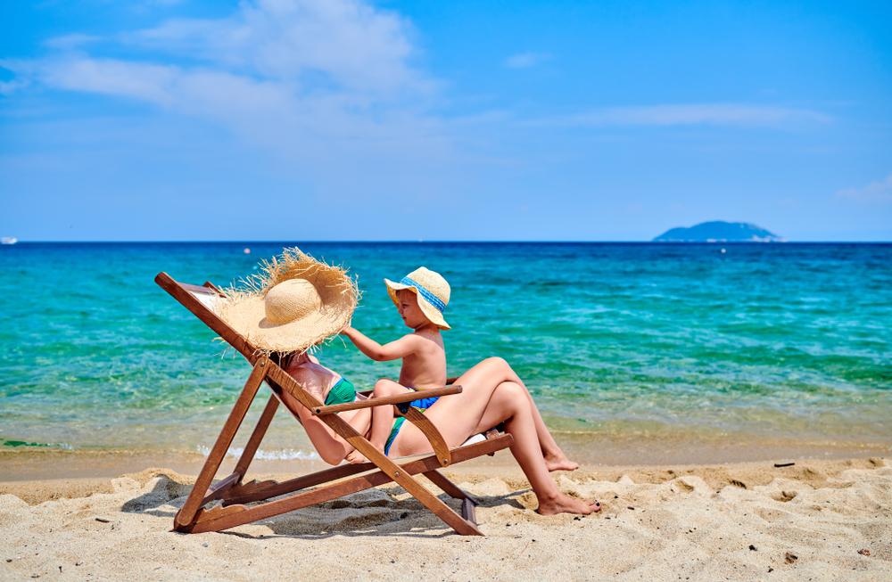 Gyermek és anya a napon tengerparton